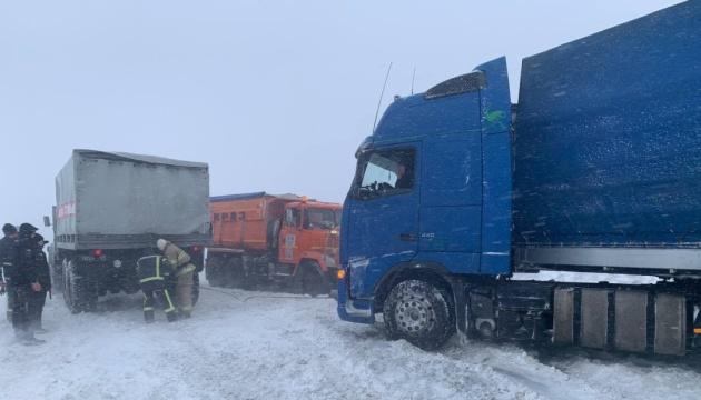 На дорогах України через негоду зупинилось більше 3 тис. вантажівок